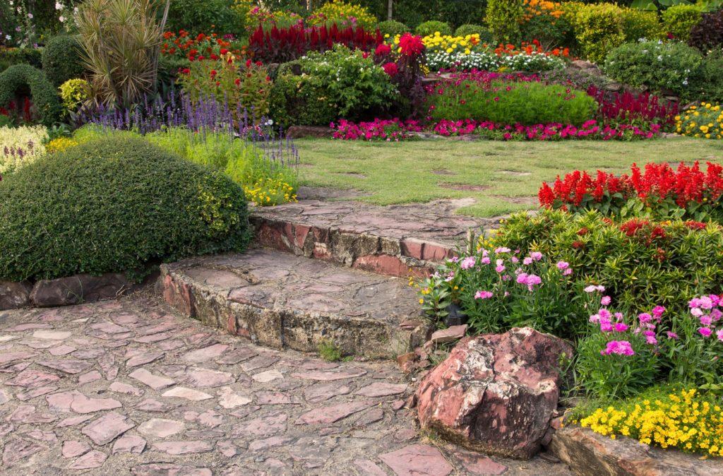 como mantener un jardin en verano